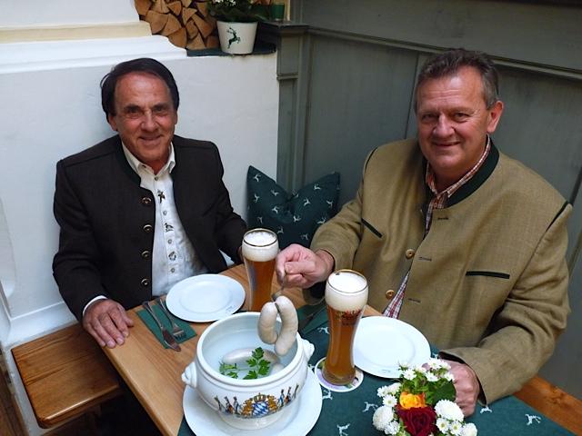 Holnburger und Gastwirt Kirner bei Weißwurst und Weißbier